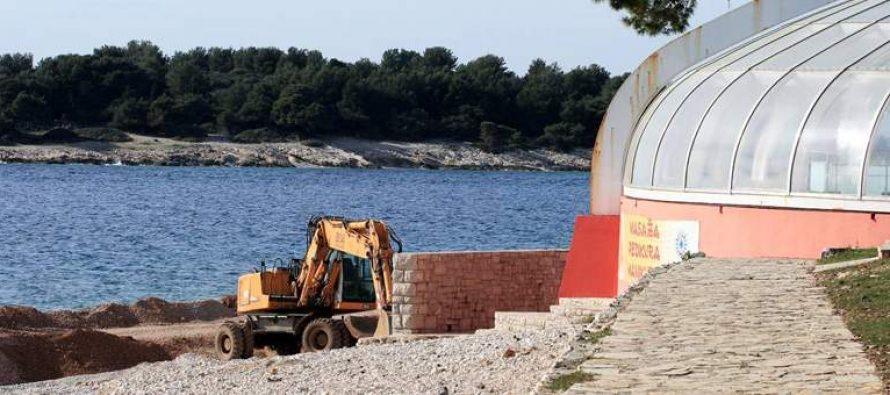 FOTO: Počele pripreme za novu turističku sezonu – Uređivanje primoštenskih plaža u punom jeku