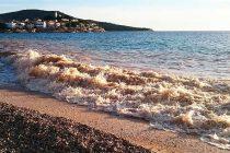 FOTO: Valovi i radovi na plaži zamutili more u Primoštenu