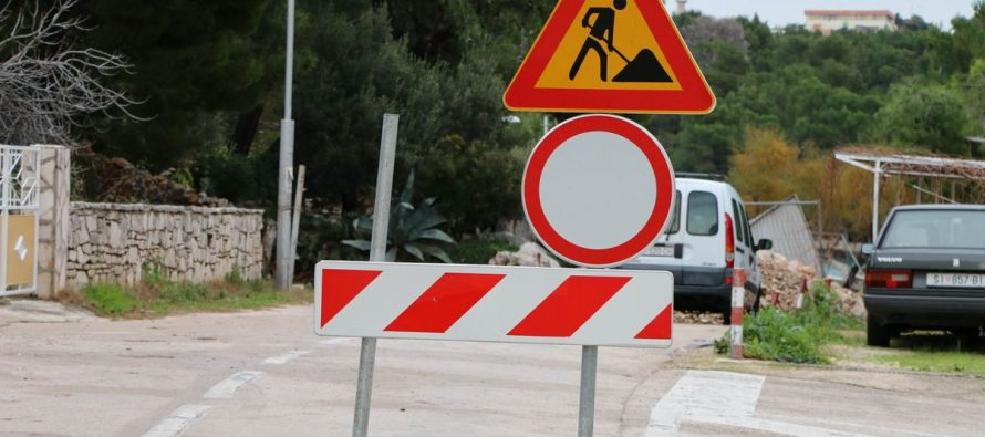Zbog izvođenja radova ograničava se promet u oba smjera na dijelu javne ceste LC 65076 – Primoštenska Draga