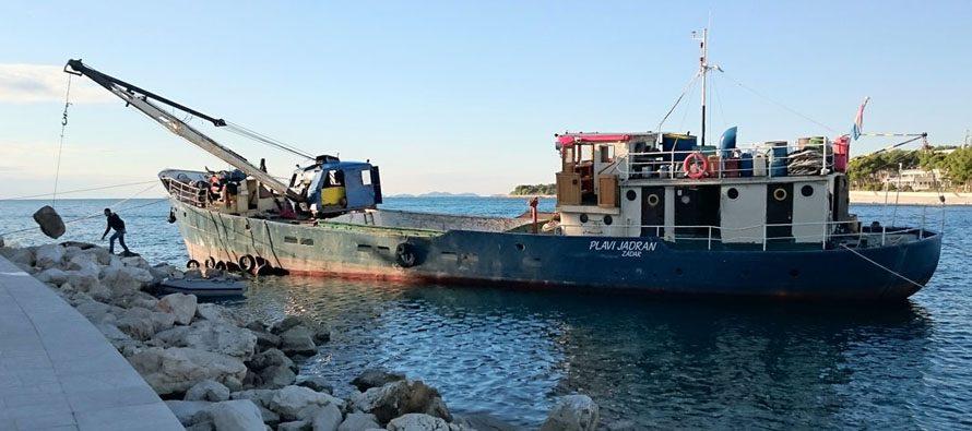 Teretni brod Plavi Jadran koji je lani bio zadužen za saniranje lukobrana u Primoštenu, potonuo jučer nakon sudara s drugim brodom