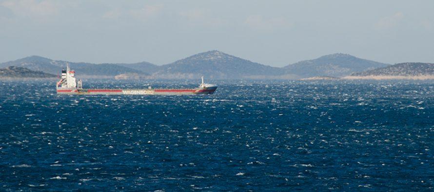 FOTO: I veliki tankeri se sakrili od bure