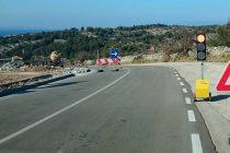 U tijeku izgradnja nogostupa CRVENA KAPELA – KAMENAR : Vozači, oprezno vozite tim dijelom, postavljen je semafor