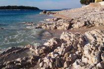 Sjećate se onih stijena na poluotoku Raduča? E, pa ovih su dana uz pomoć prirodnih utjecaja provirile na svjetlo dana