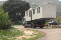 FORA PLUS: Možda ga je žena izbacila iz kuće, ali sigurno nije kuću iz njega! Ponija ju čovik sa sobom!