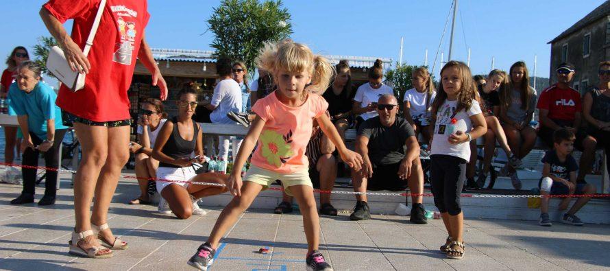 FOTO/VIDEO: Odlična zabava na 3. Svjetskom natjecanju u klencavici u Primoštenu