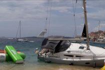 FOTO/VIDEO: Zbog jakih udara juga na području Primoštena nasukala se jedrilica na lokalnu plažu