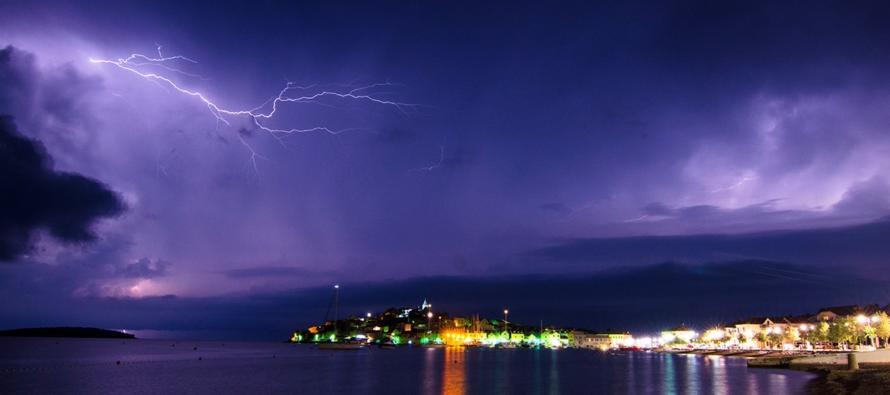 FOTO: Munje obasjale noćno nebo iznad Primoštena