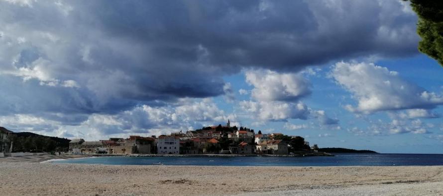 Povremeno kiša, ponegdje na Jadranu lokalno obilnija, uz izraženije pljuskove s grmljavinom